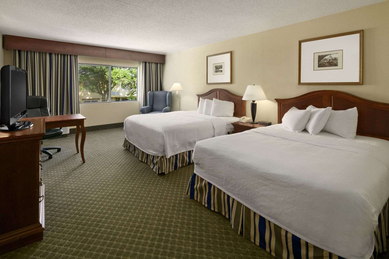 Room - Days Inn & Suites Northeast Omaha