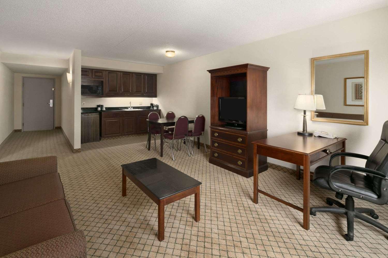 Suite - Days Inn & Suites Northeast Omaha