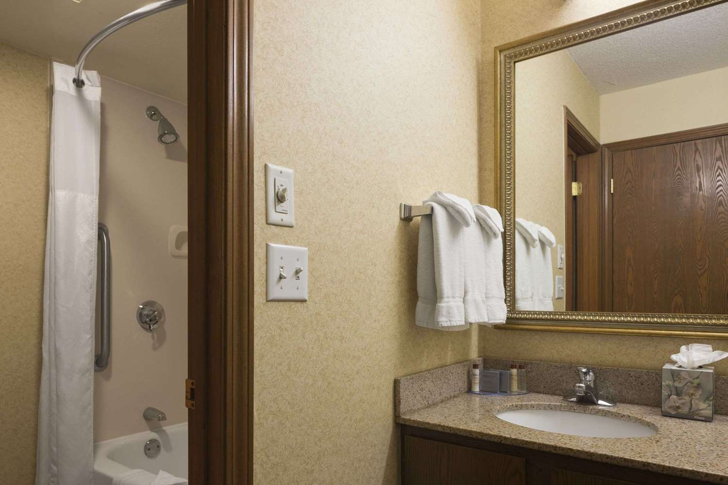 Room - Hawthorn Suites by Wyndham Fort Wayne