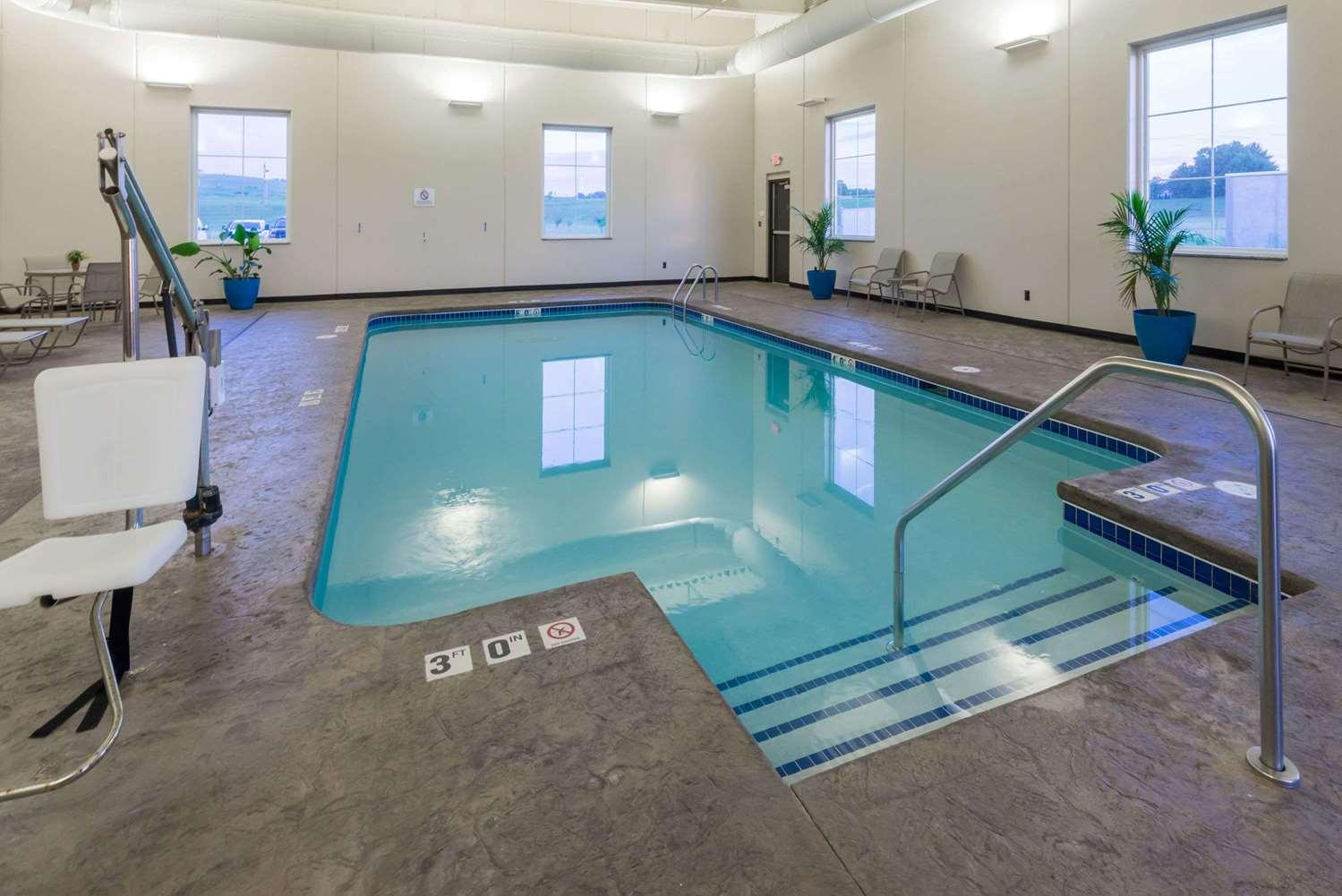 Pool - Baymont Inn & Suites Bellevue