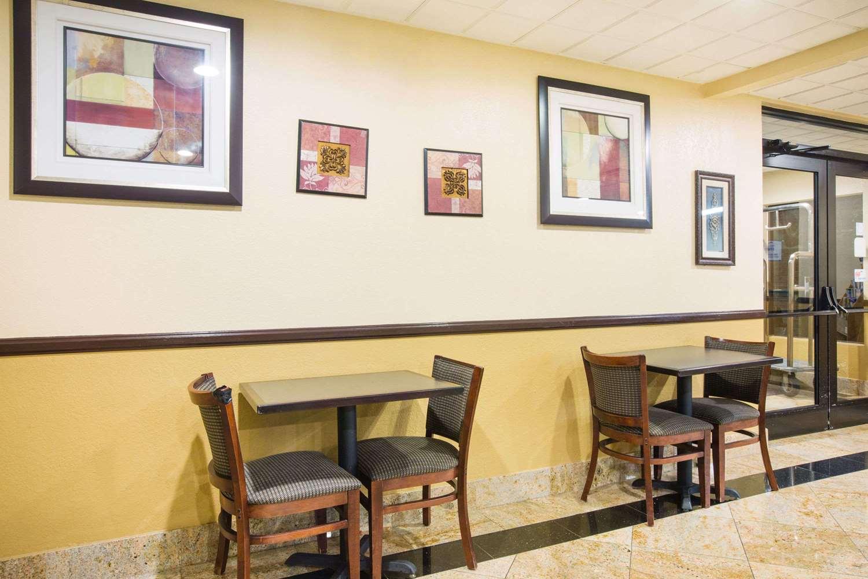 Lobby - Baymont Inn & Suites Beckley