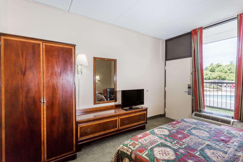 Room - Days Inn Statesboro