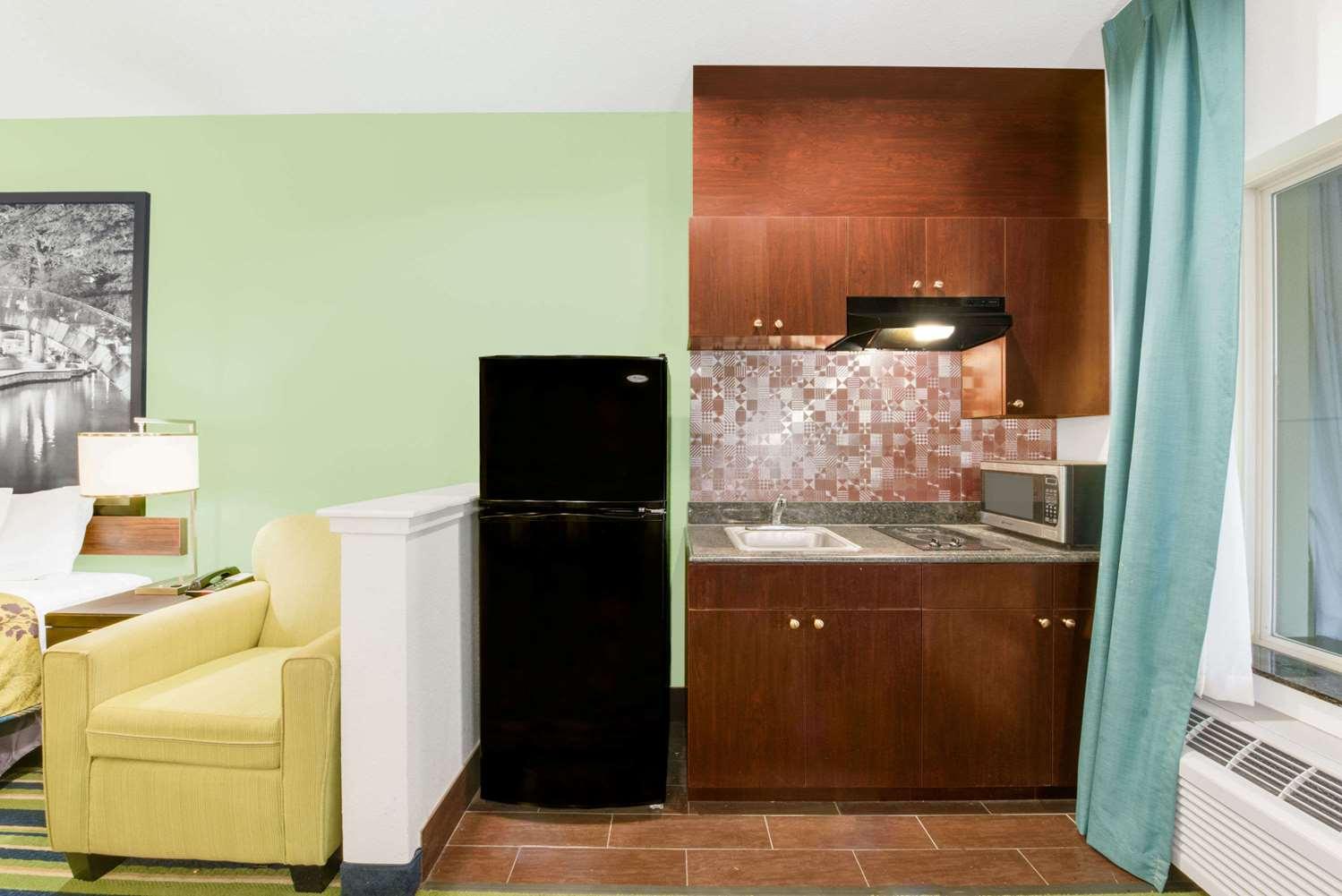 Suite - Super 8 Hotel Cotulla