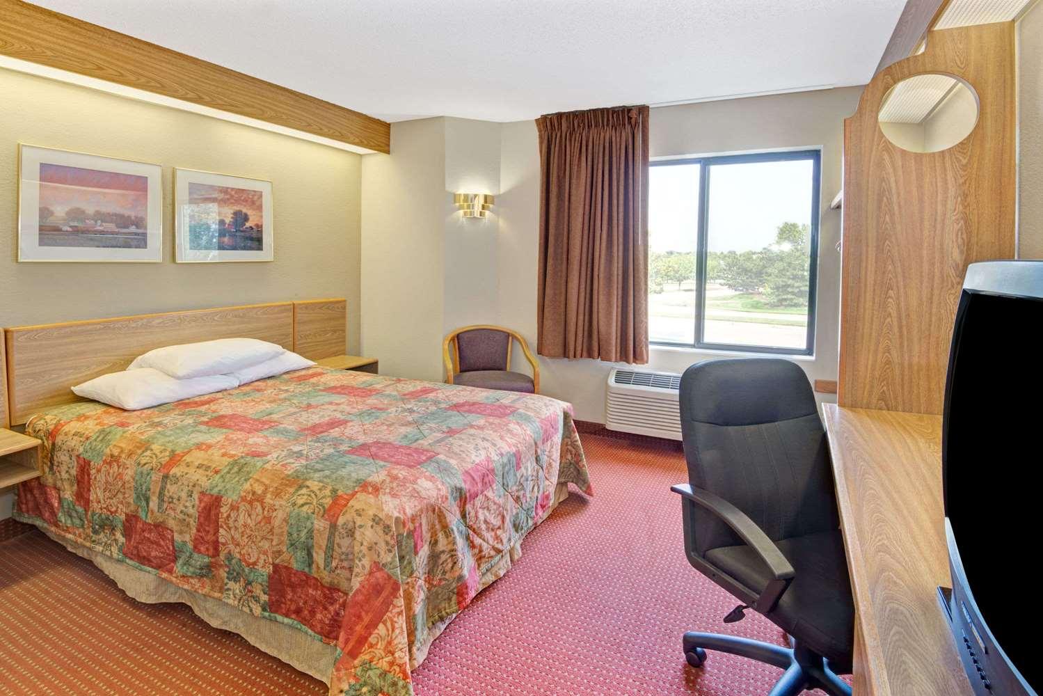 Room - Days Inn Olathe