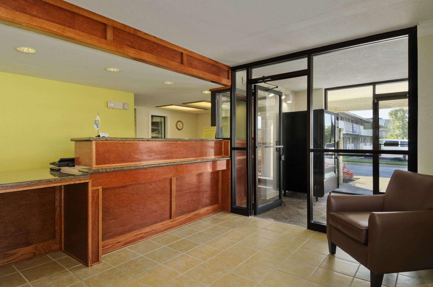 Lobby - Days Inn Overland Park