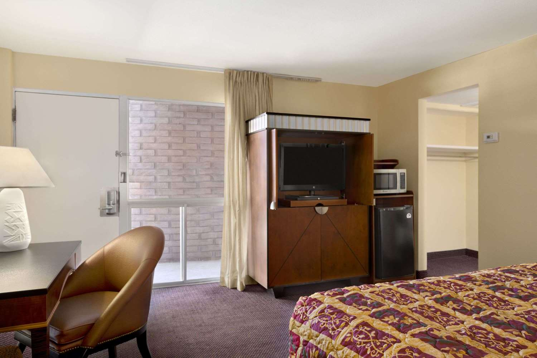 Room - Days Inn Chambers