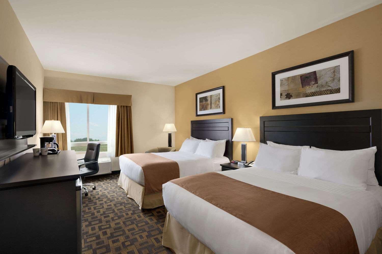 Room - Days Inn & Suites Airport Winnipeg