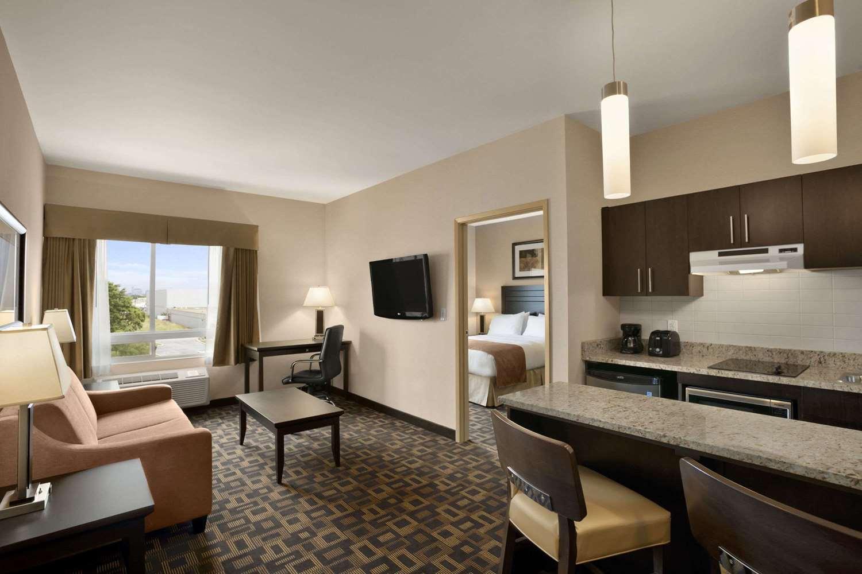 Suite - Days Inn & Suites Airport Winnipeg