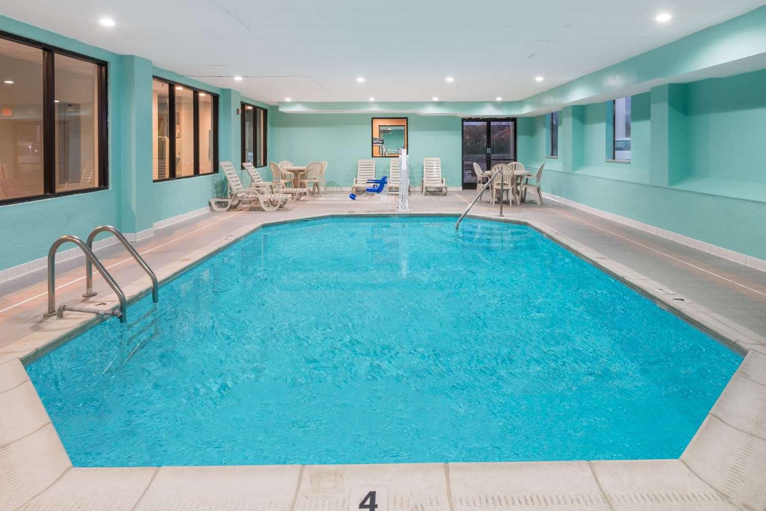 Pool - Baymont Inn & Suites Georgetown