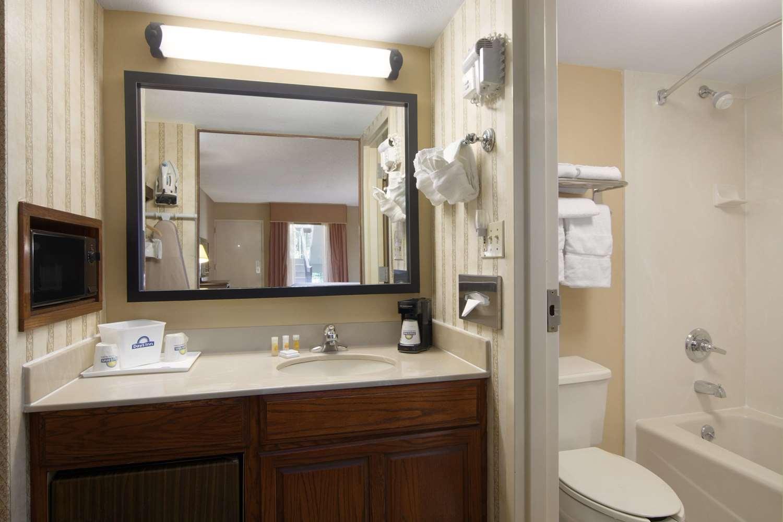 Room - Days Inn South Longview