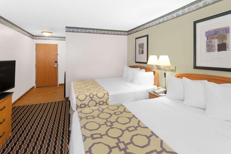 Room - Baymont Inn & Suites Fort Wayne