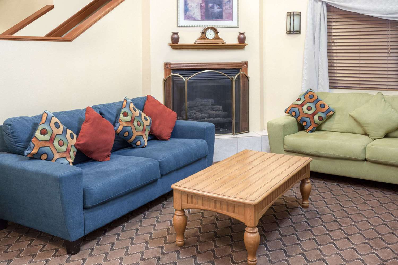 Lobby - Baymont Inn & Suites Fort Wayne