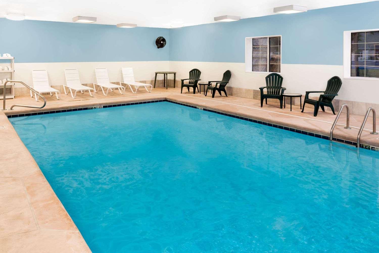 Pool - Baymont Inn & Suites Fort Wayne