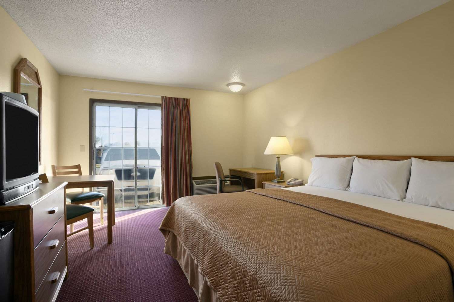 Room - Travelodge Inn & Suites Muscatine