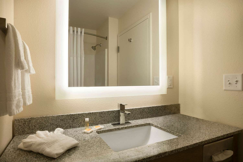 Room - Days Inn & Suites Caldwell