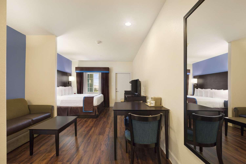 Room - Days Inn & Suites Galveston