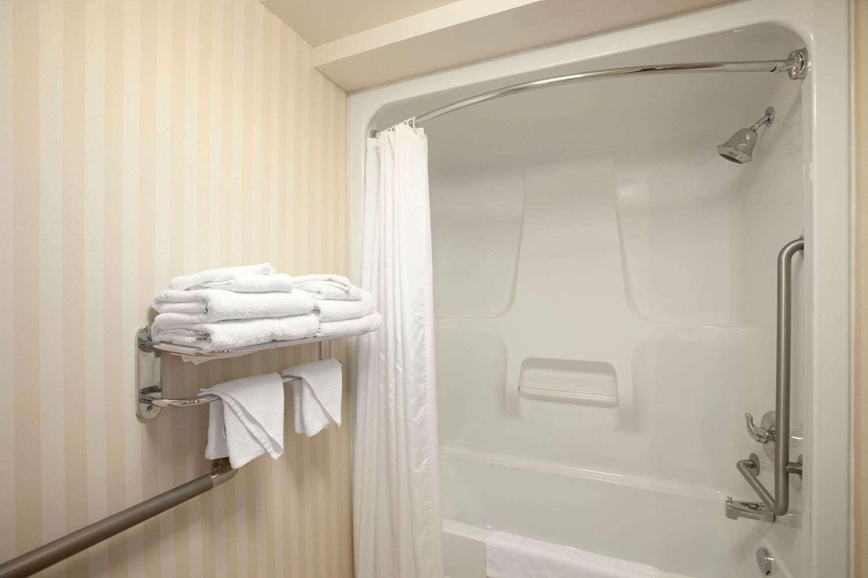 Room - Days Inn Lloydminster