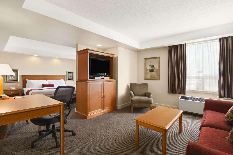 Room - Travelodge Inn & Suites Spruce Grove