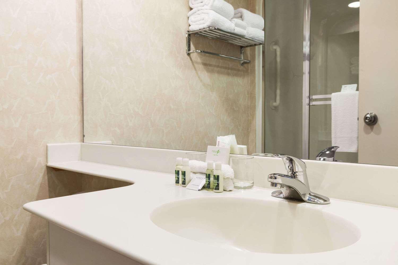 Suite - Travelodge Inn & Suites Spruce Grove