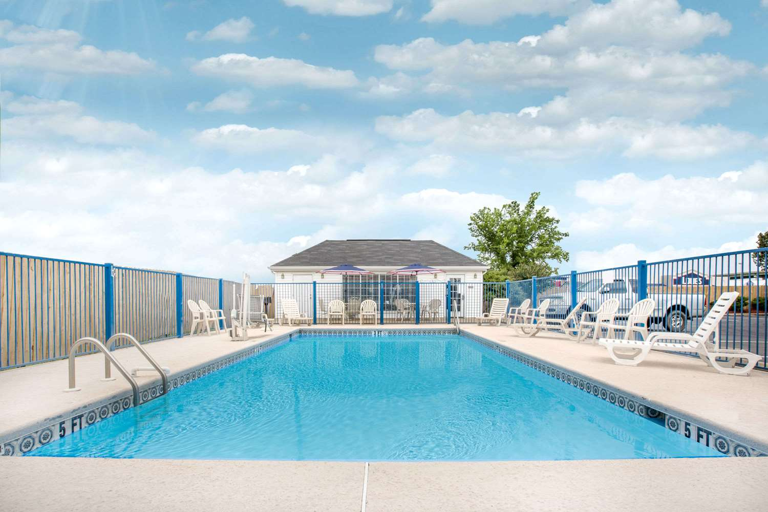 Pool - Baymont Inn & Suites Tuscaloosa
