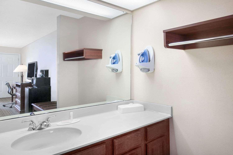 Room - Baymont Inn & Suites Tuscaloosa