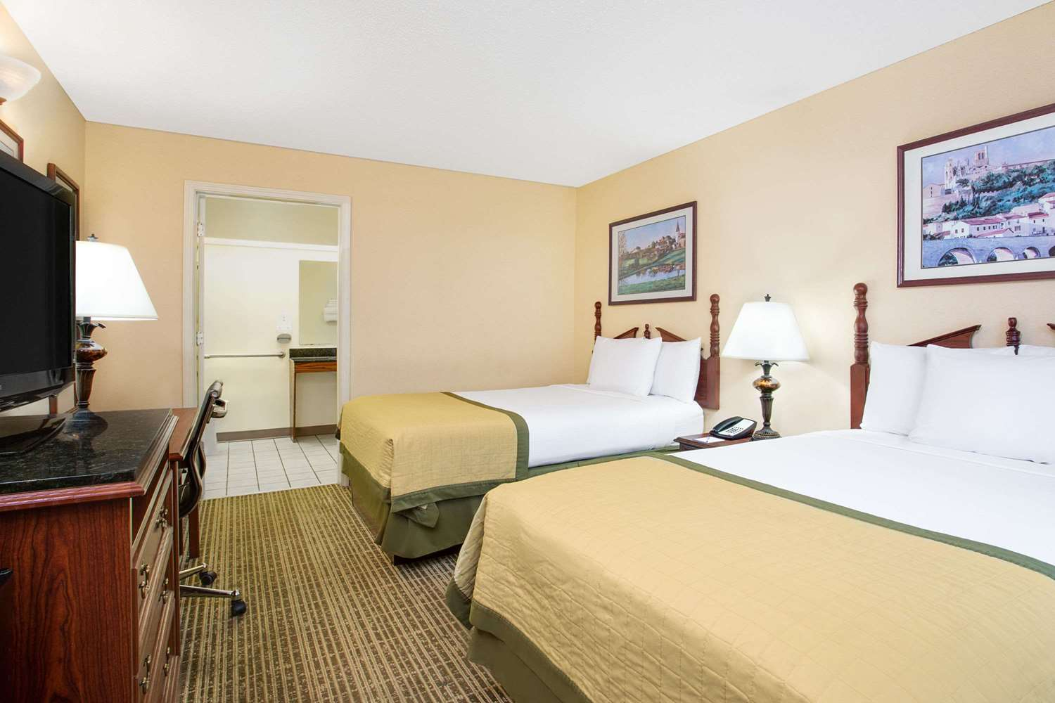 Room - Baymont Inn & Suites Thomasville
