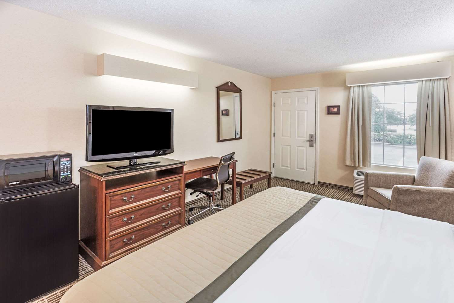 Room - Baymont Inn & Suites Valdosta