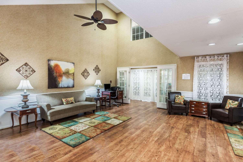 Lobby - Baymont Inn & Suites Valdosta