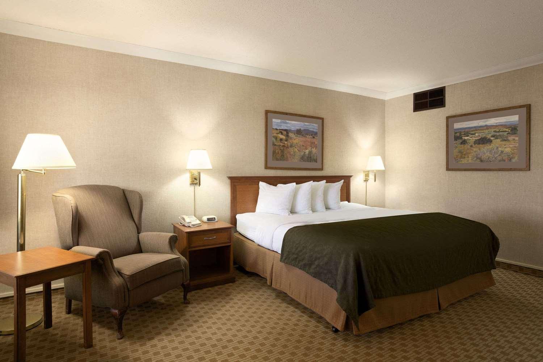 Room - Days Inn & Suites Trinidad
