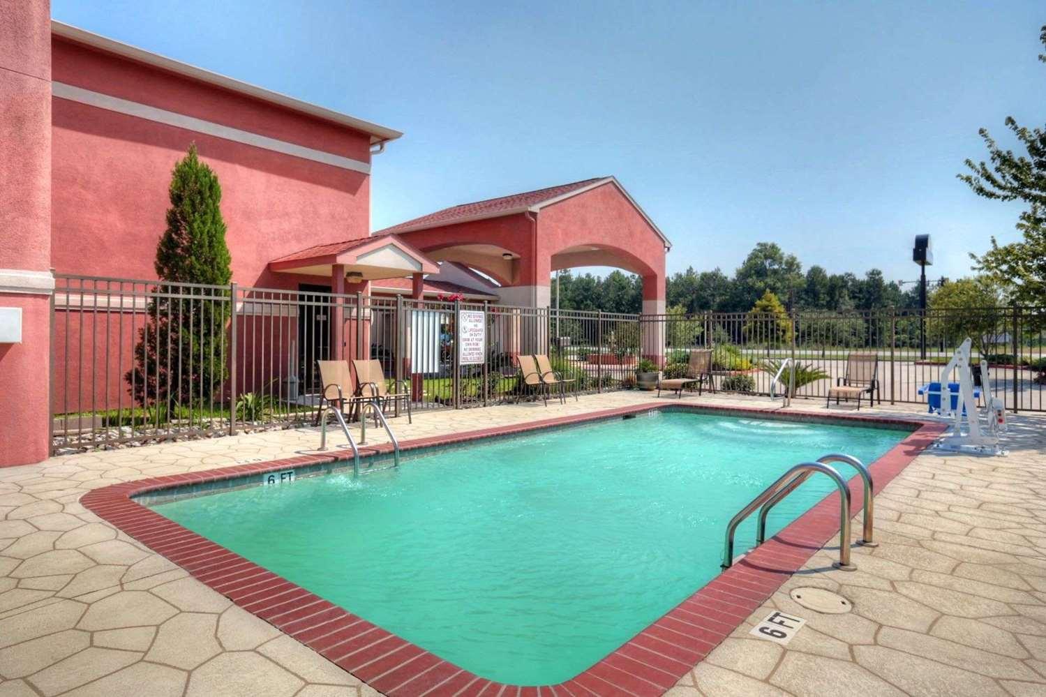 Pool - Days Inn Lumberton