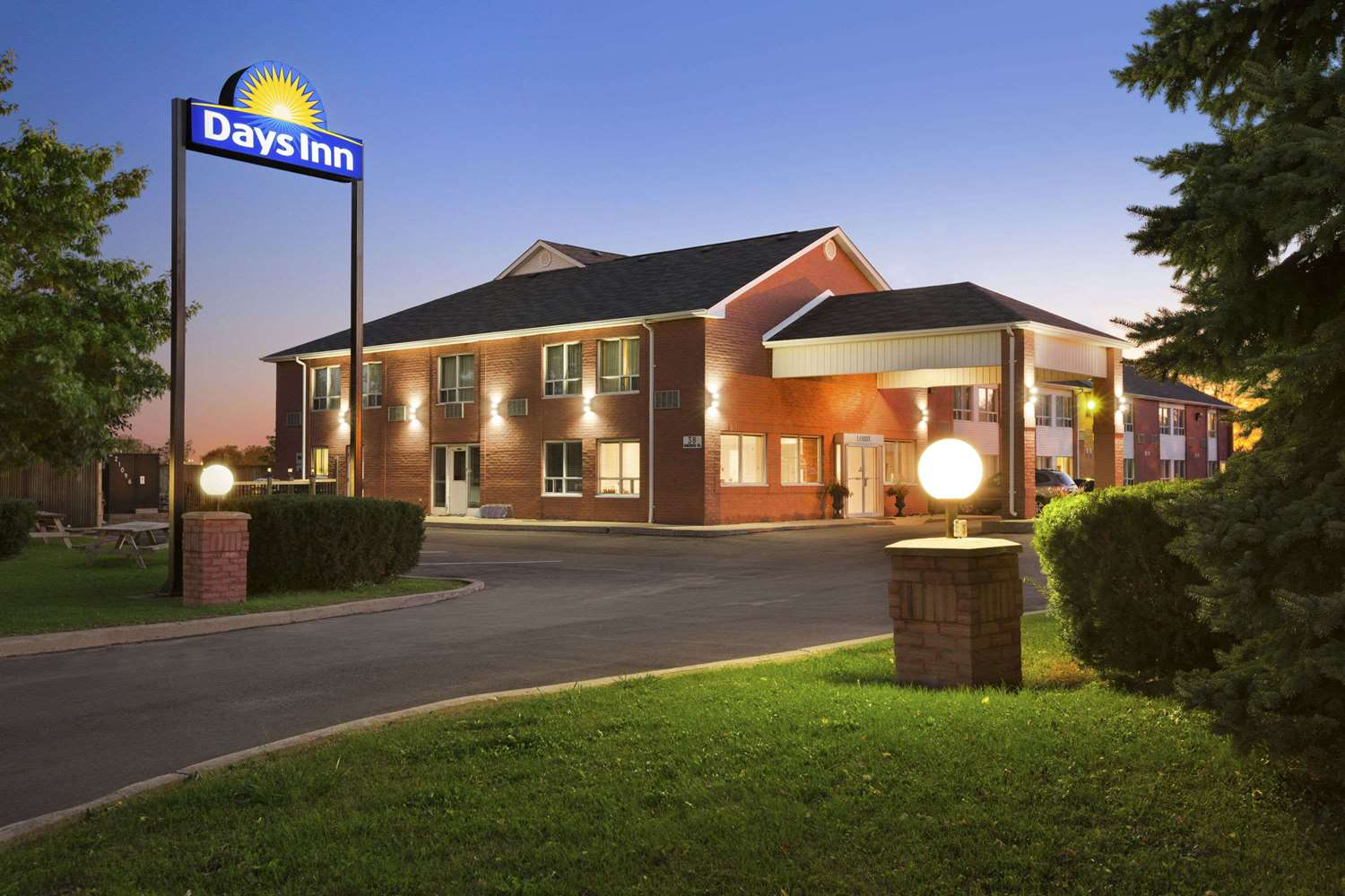 Exterior view - Days Inn Whitchurch-Stouffville