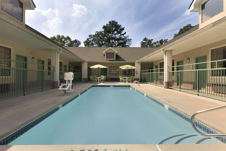 Pool - Super 8 Hotel Chatsworth