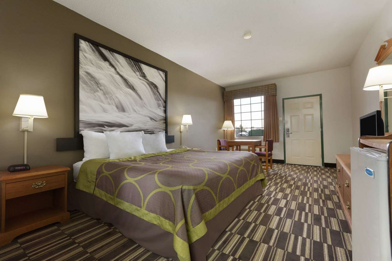 Room - Super 8 Hotel Chatsworth