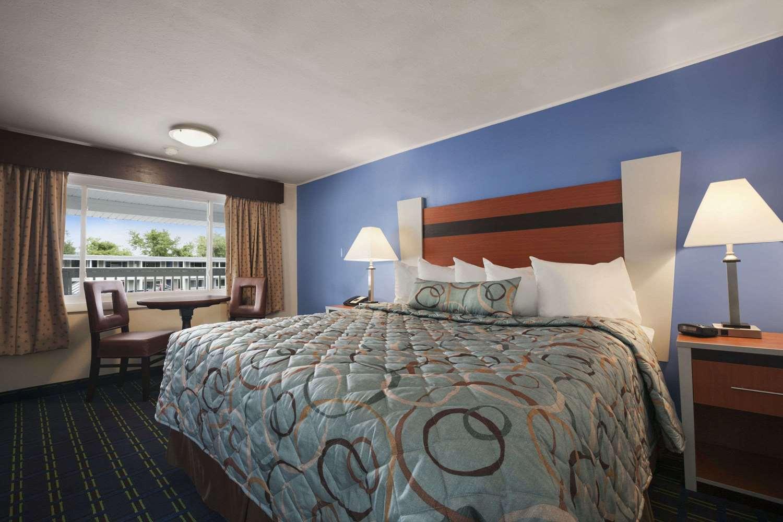 Room - Days Inn West Yarmouth