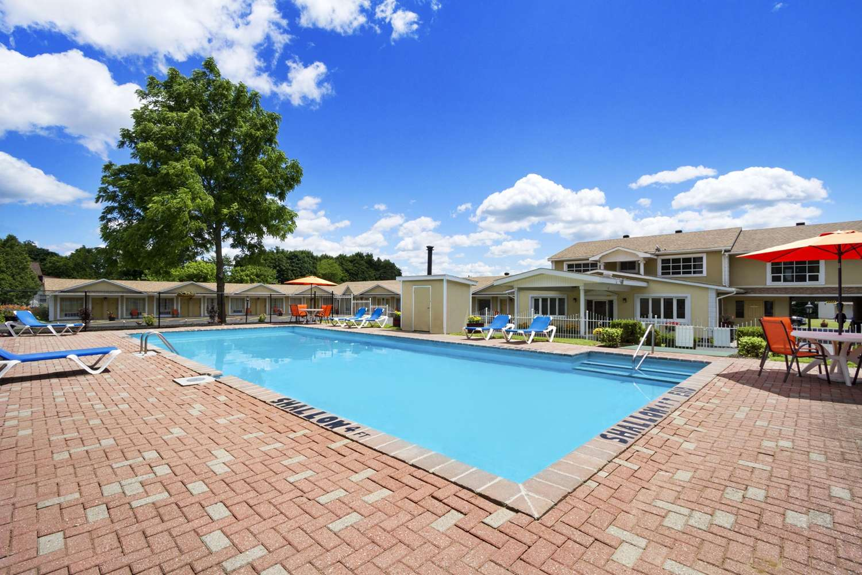 Pool - Super 8 Hotel Brockville