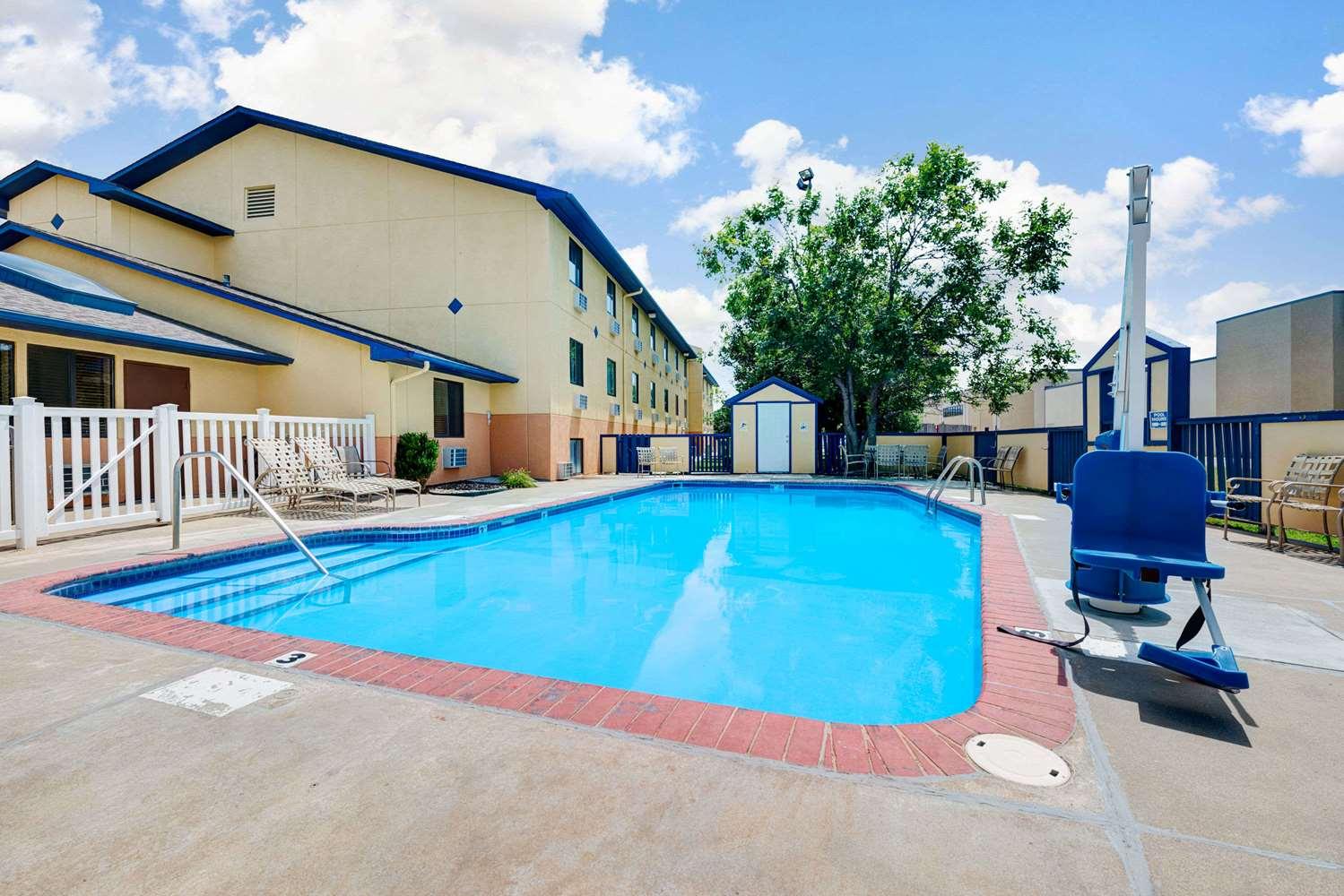 Pool - Super 8 Hotel Hutchinson