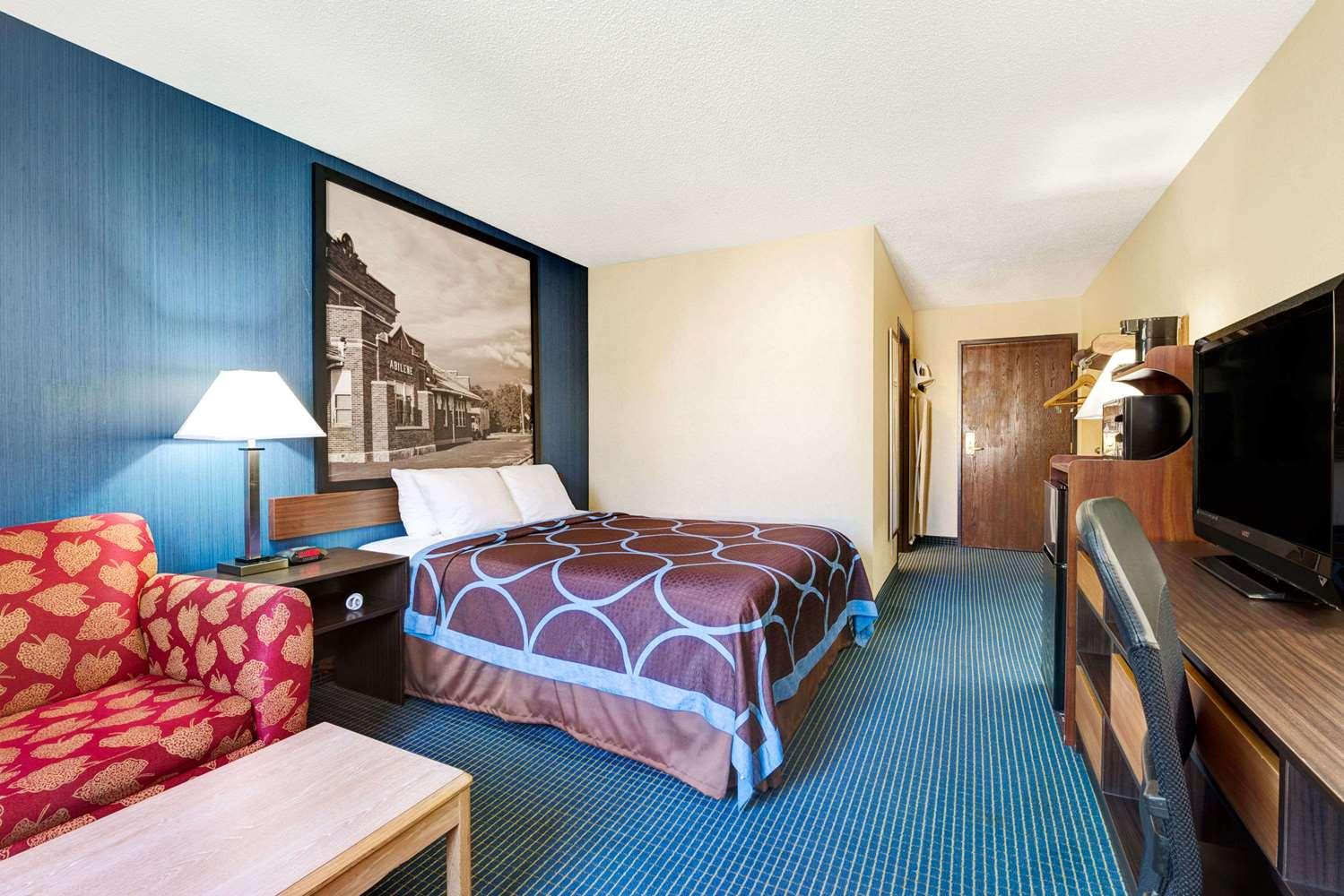 Room - Super 8 Hotel Hutchinson