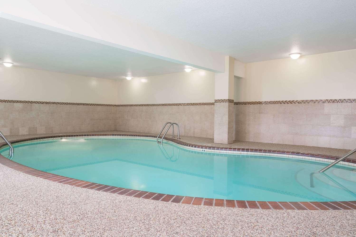 Pool - Days Inn Hutchinson