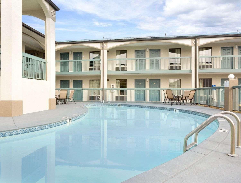 Pool - Baymont Inn & Suites Gallatin