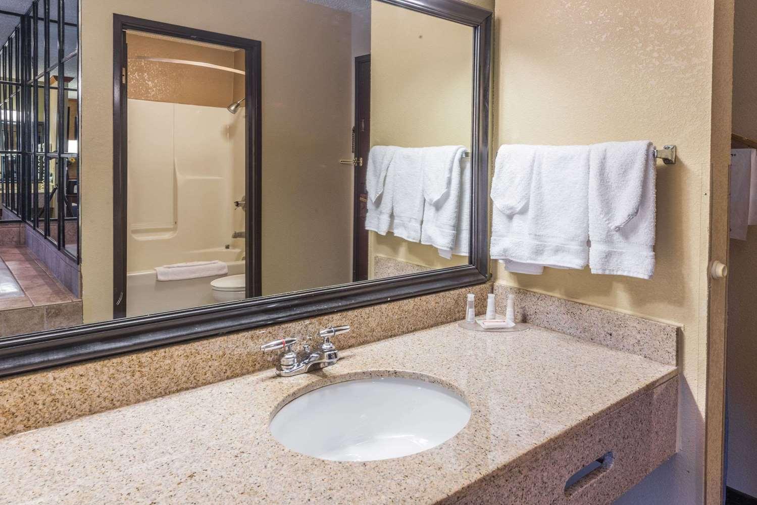 Room - Baymont Inn & Suites Lancaster