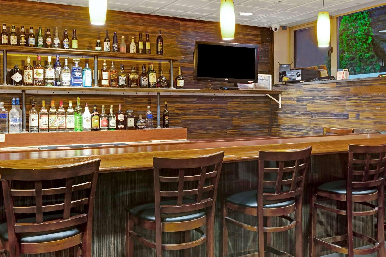 Bar - Wyndham Garden Hotel Long Island City Queens
