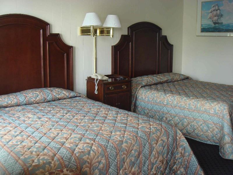 Room - Harbor Base Pineapple Inn Newport