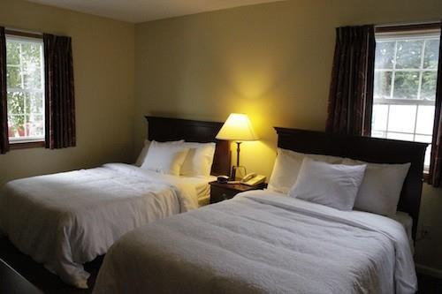 Room - Yankee Suites Extended Stay Hotel Pittsfield