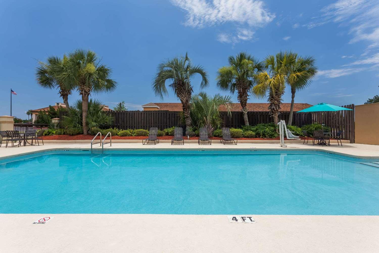 Pool - Days Inn Marianna