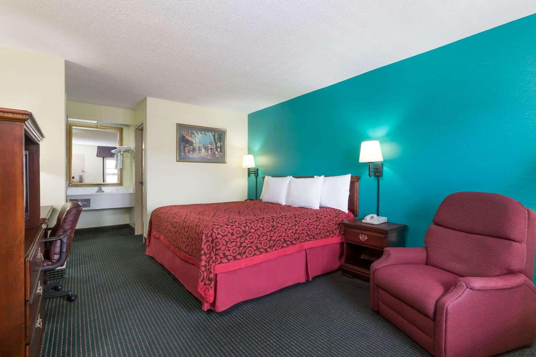 Room - Days Inn Marianna
