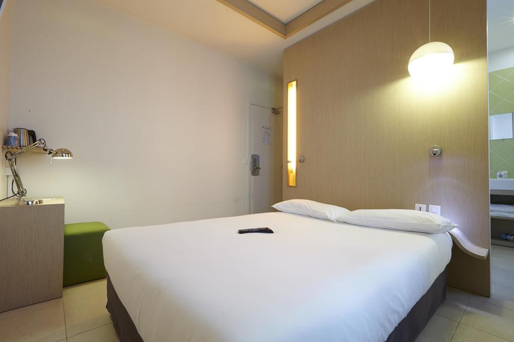 Kyriad PARIS 10 Hotel, Canal Saint Martin, République