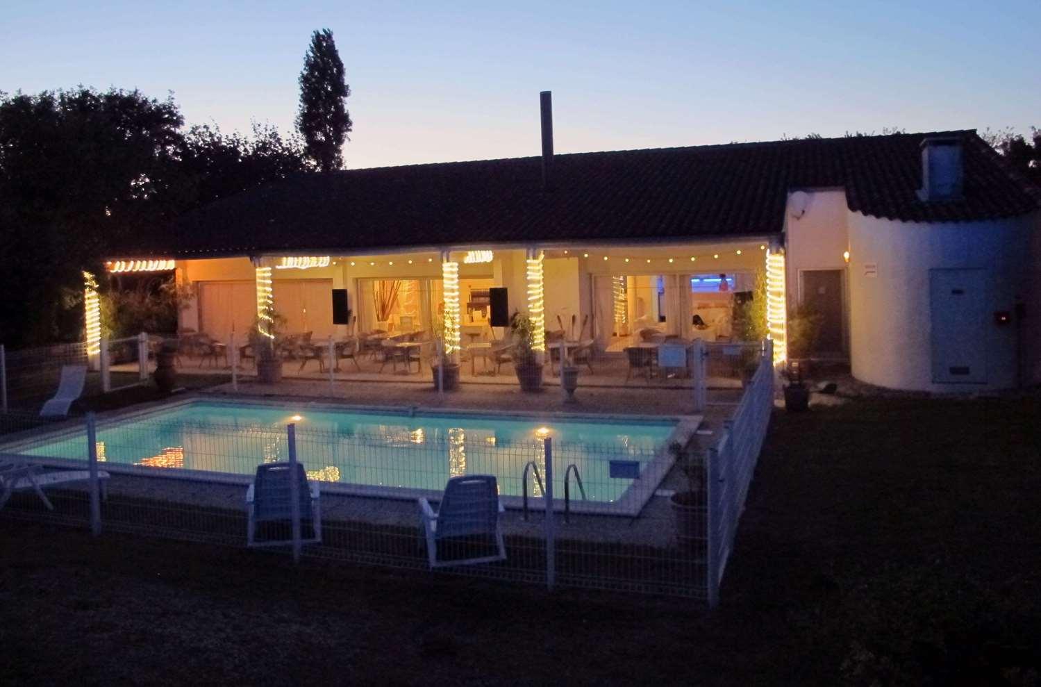 Terrasse ombragée et piscine