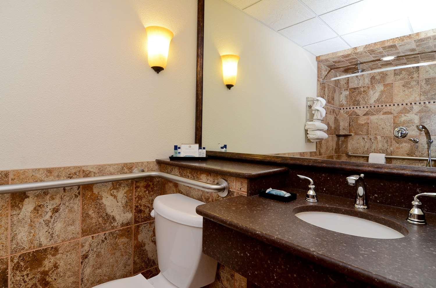Room - Best Western Plus Longbranch Inn Cedar Rapids