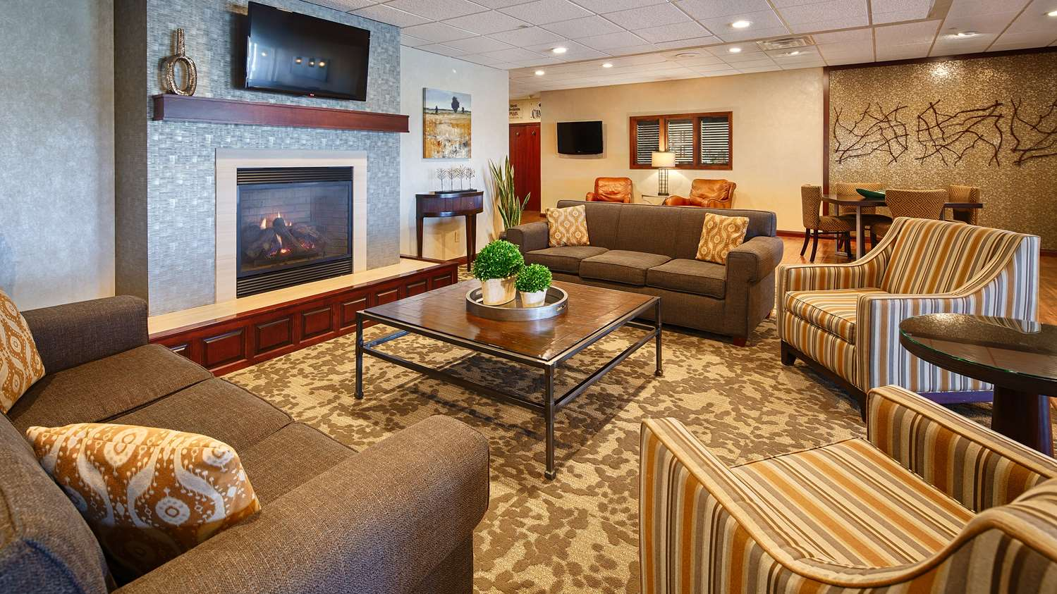 Lobby - Best Western Plus Dubuque Hotel & Conference Center