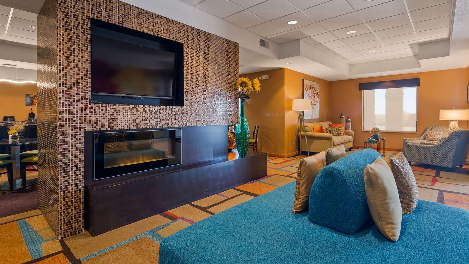 Lobby - Best Western Plus Hiawatha Hotel
